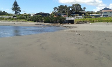 Waimoku Stream facing the beach